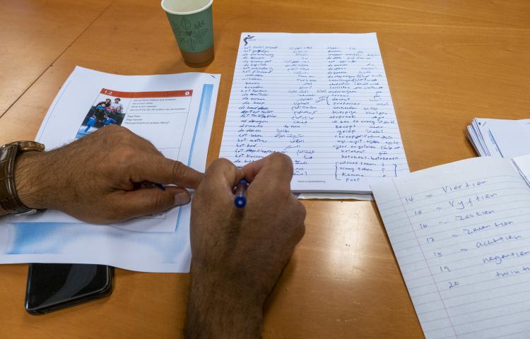 man schrijft met pen