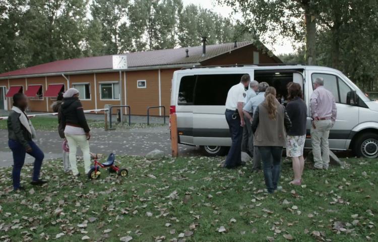 Vrouw stapt in busje en vertrekt gedwongen uit Nederland