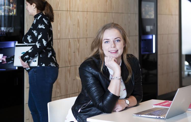 vrouw achter laptop en vrouw bij koffieautomaat