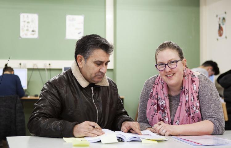 vrijwilliger geeft Nederlandse les aan man