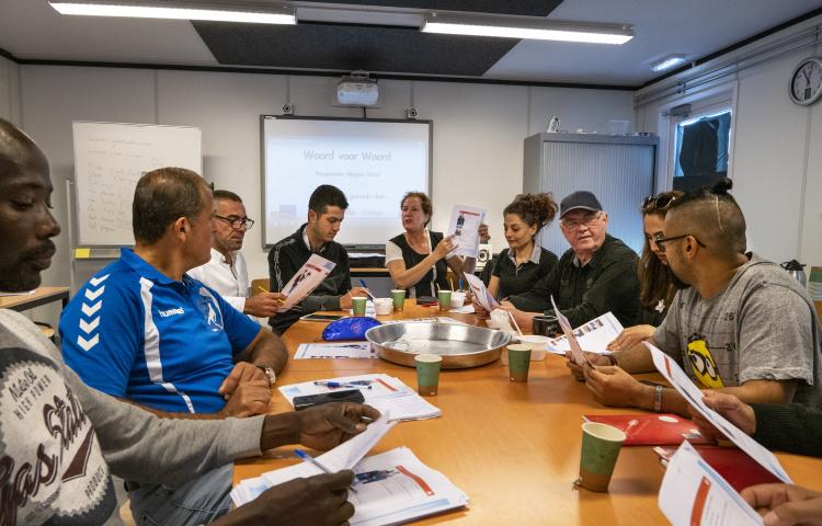 Asielzoekers krijgen lessen Nederlands in het azc