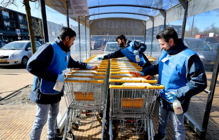 Asielzoekers maken winkelwagens schoon vanwege het coronavirus