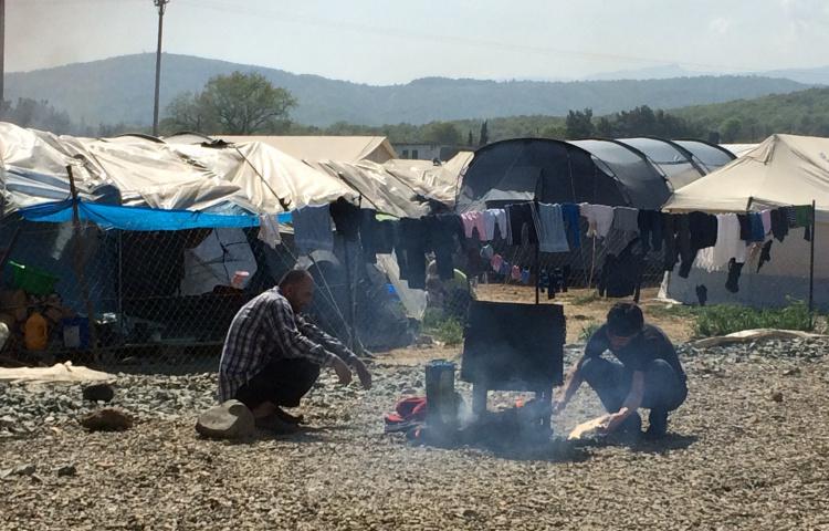 Twee mannen koken in vluchtelingenkamp in Griekenland