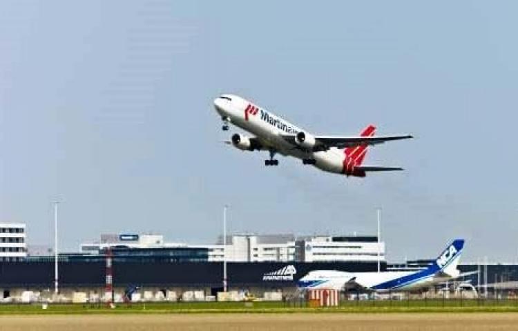 Vliegtuig stijgt op bij Schiphol