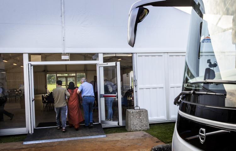 Bus met Afghaanse evacués arriveert bij noodopvang Zoutkamp