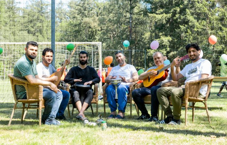 Bewoners maken muziek tijdens de open azc dag