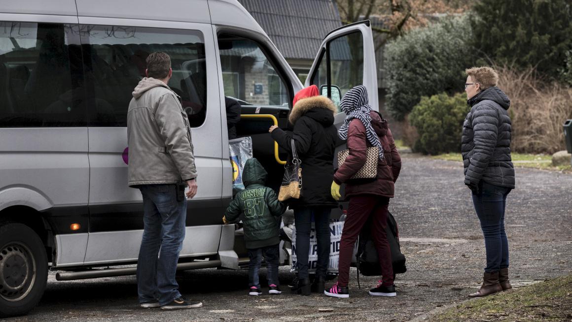 Gezin stapt in busje naar Schiphol