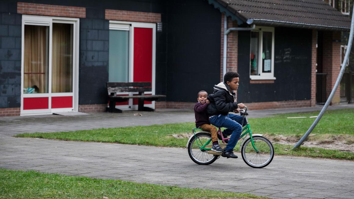Kinderen op de fiets in azc Oisterwijk