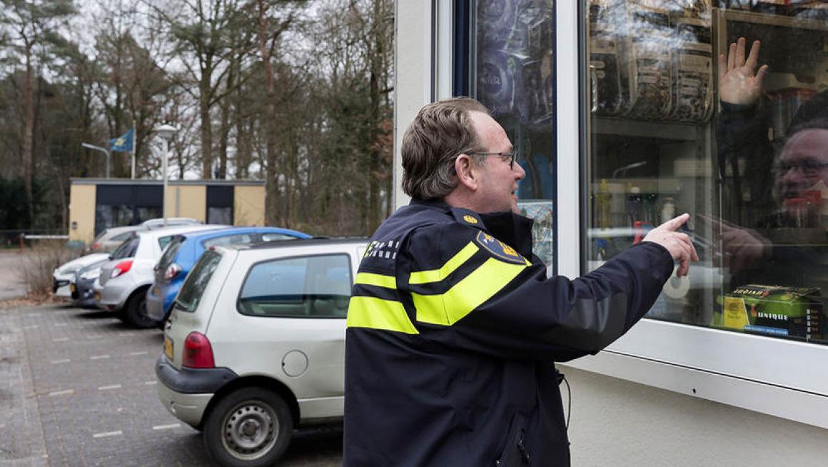 Wijkagent azc Zweeloo begroet de beveligers bij receptie