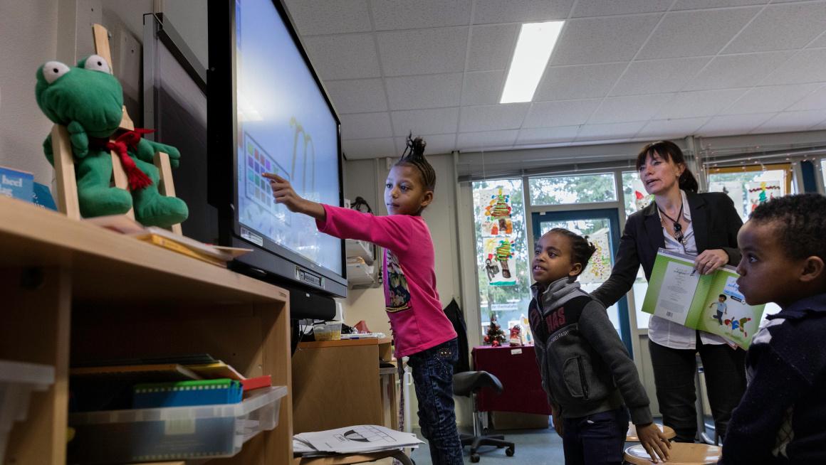 Asielzoekerskinderen bij het digibord op school