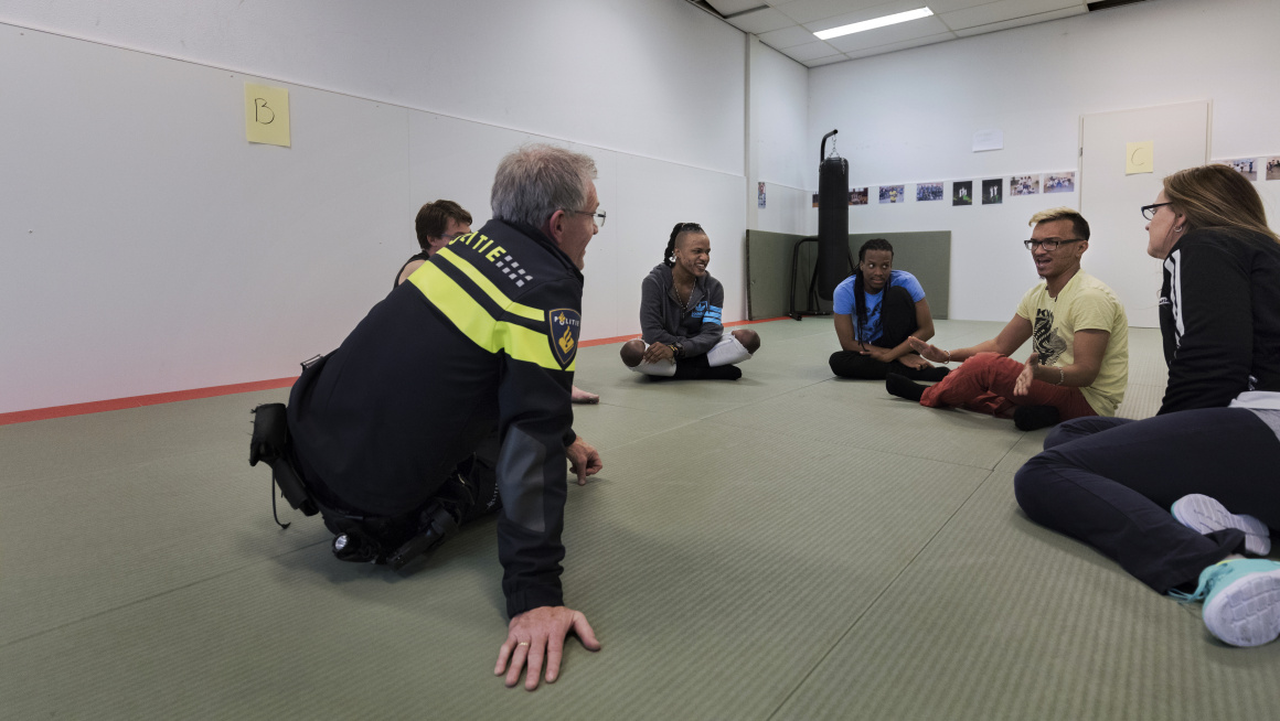 LHBTI's tijdens weerbaarheidstraining in gesprek met wijkagent