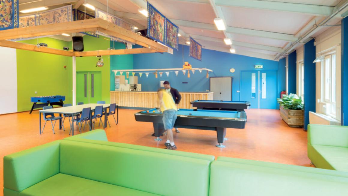 Recreatiezaal in azc Almere opgefleurd met kleur