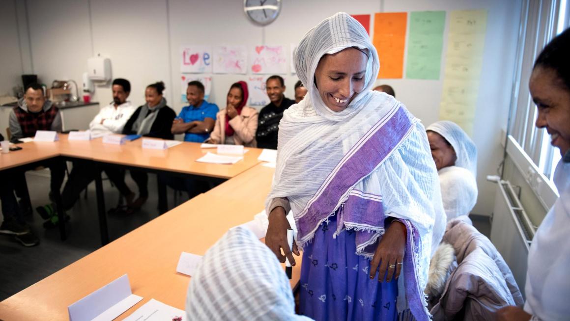 Eritrese vrouw tijdens lessen Kennis van de Nederlandse Maatschappij