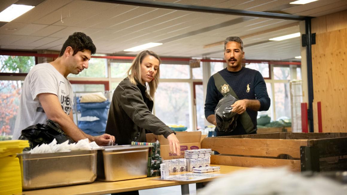 Bewoners doen vrijwilligerswerk in het magazijn van azc Budel-Cranendonck