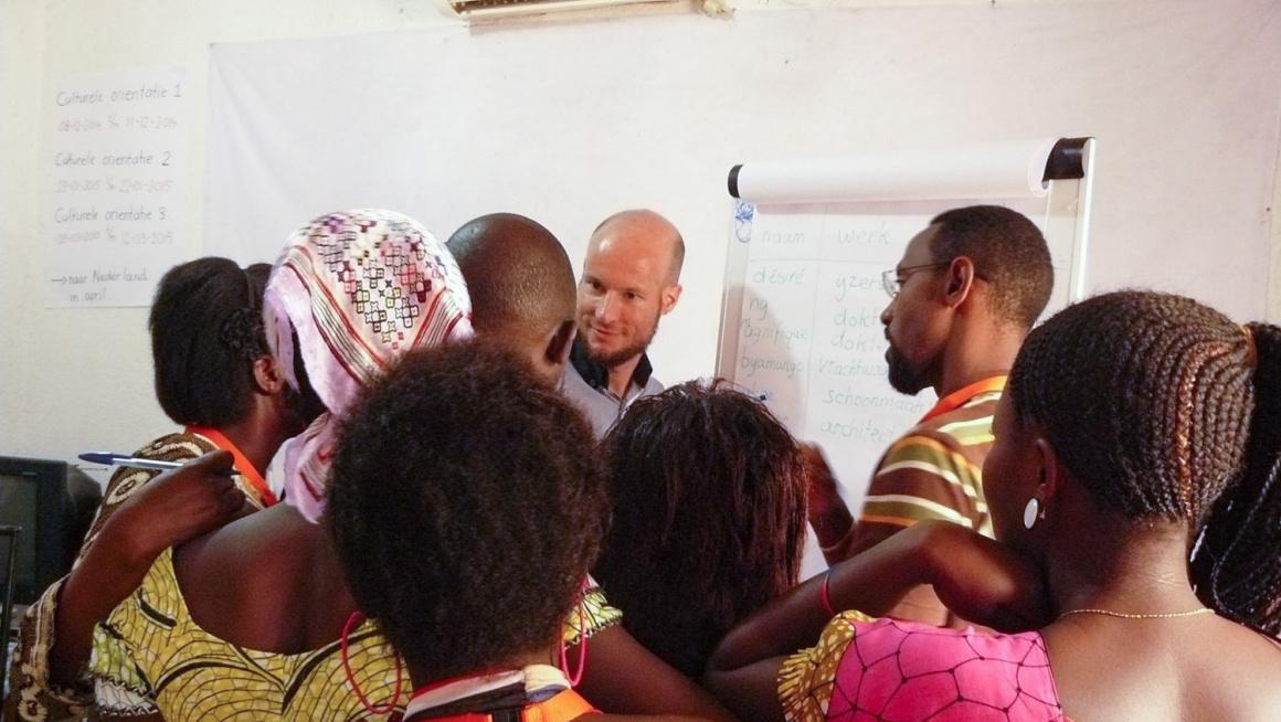 COA-medewerker geeft Culturele Oriëntatie-training in Burundi