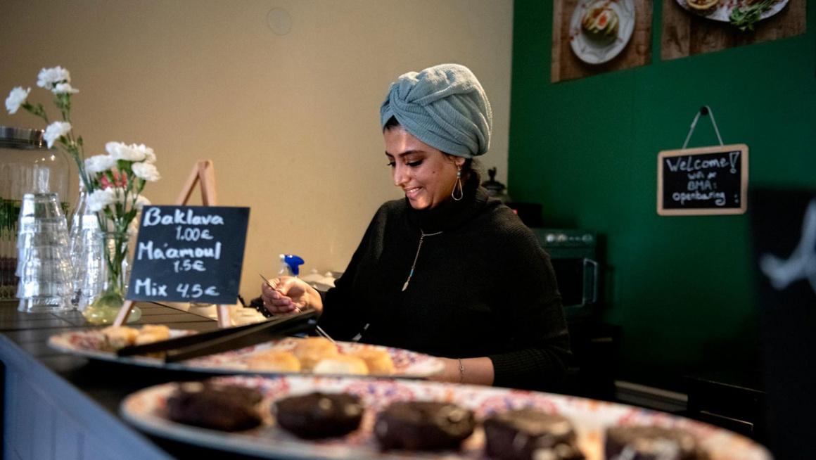 Sadeya Barakat aan het werk in het lunchcafe