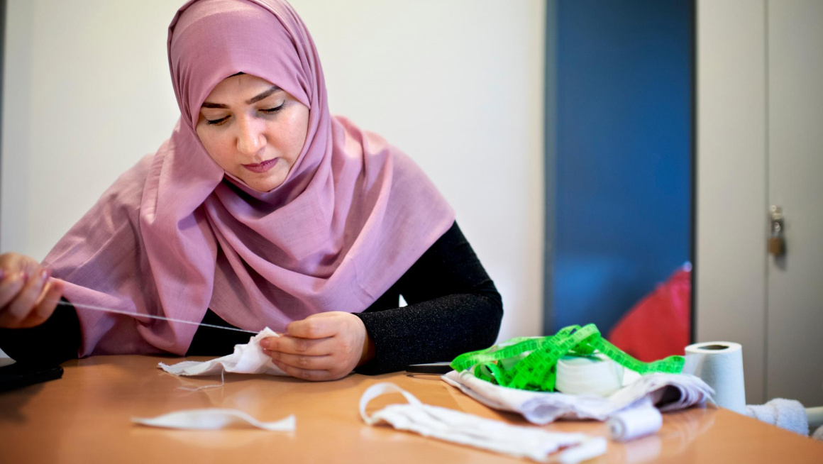Bewoner Haifaa Harun maakt mondkapjes