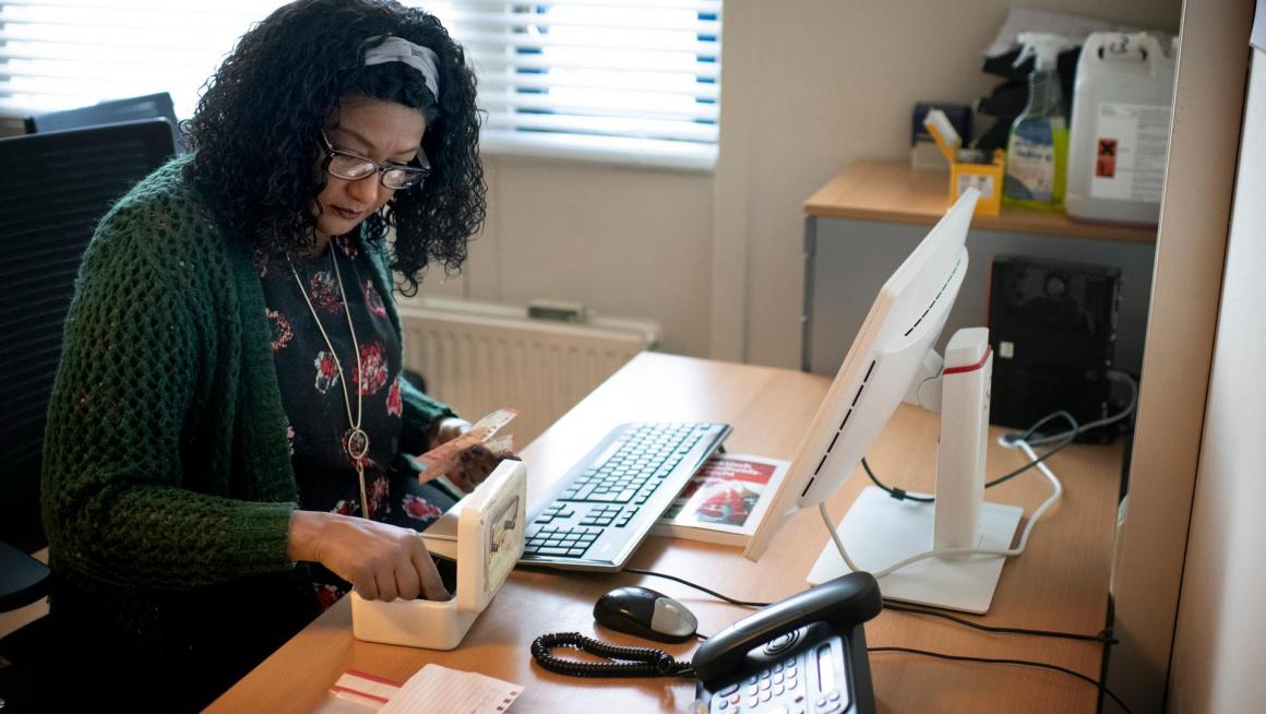 Ibo-medewerker achter de computer