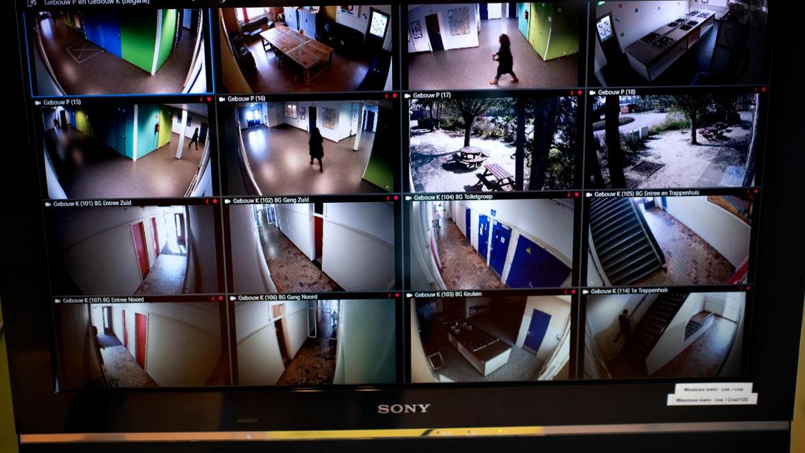 Beeld van beveiligingscamera's op een tv-scherm