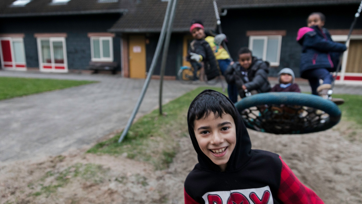 Kinderen spelen buiten in het azc