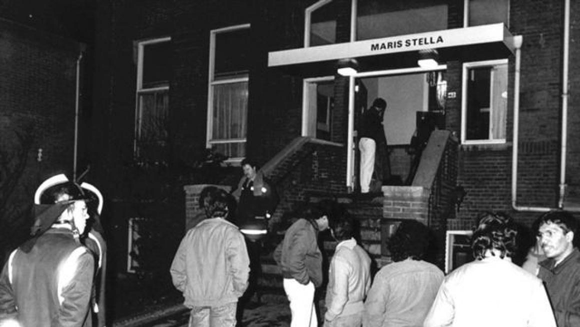 Mannen voor de ingang van gebouw Marris Stella