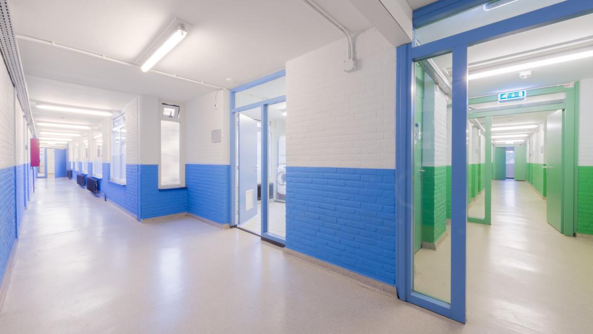 Gang met blauwe en groene muren
