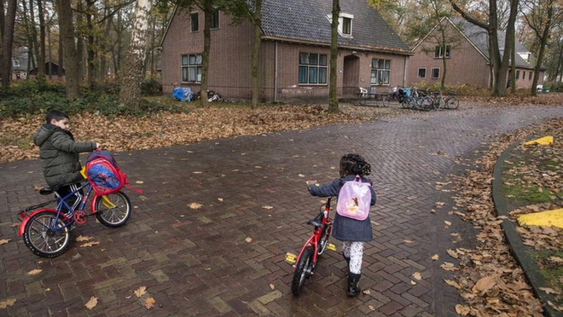 kinderen op weg naar school