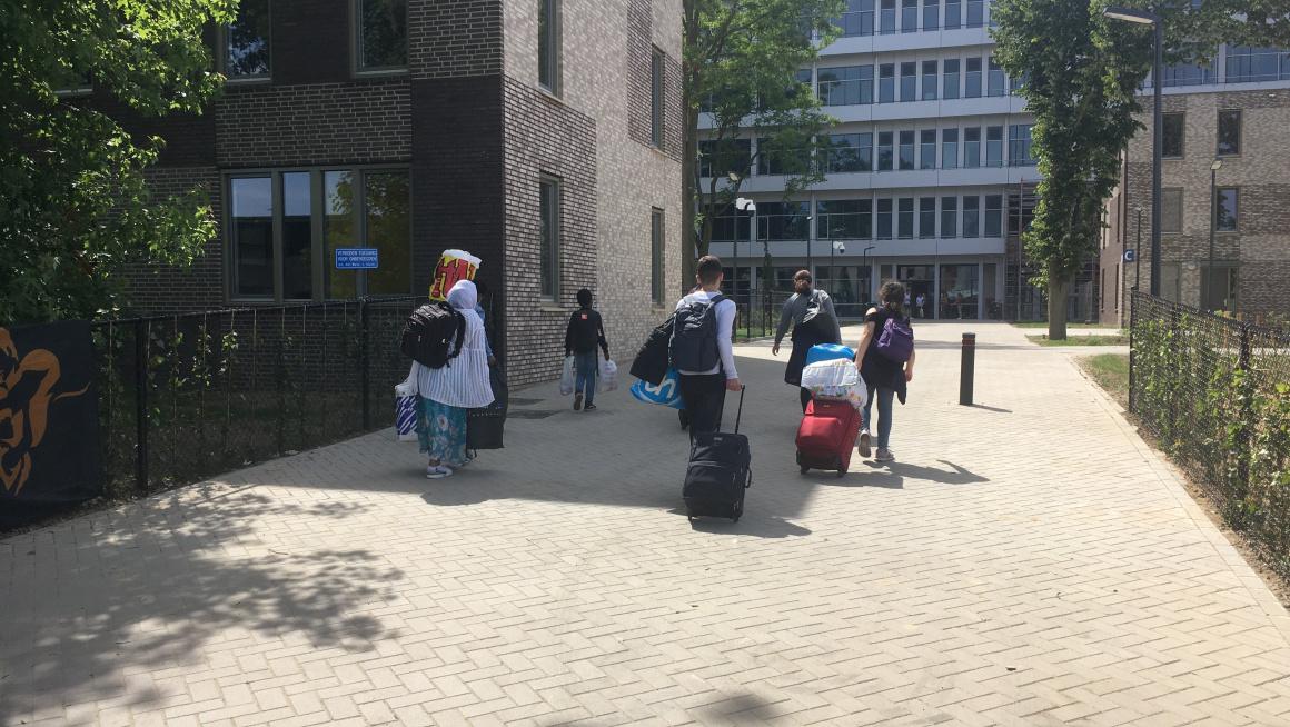 De eerste bewoners komen op het nieuwe azc in Maastricht aan