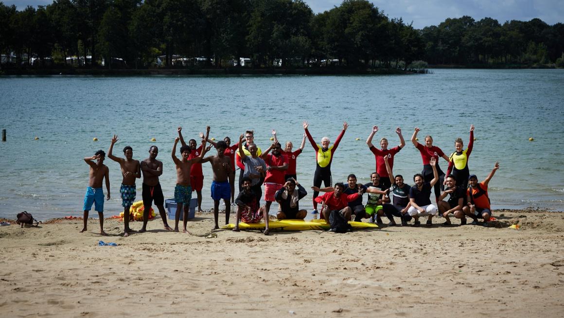Bewoners van het azc in Winterswijk leren in de praktijk over de gevaren van het zwemmen in open water