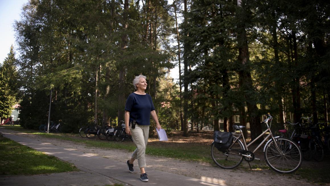 Marlies loopt over het terrein van azc Oisterwijk