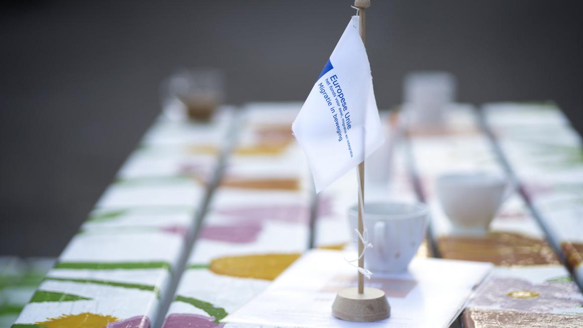 AMIF vlag op picknicktafel