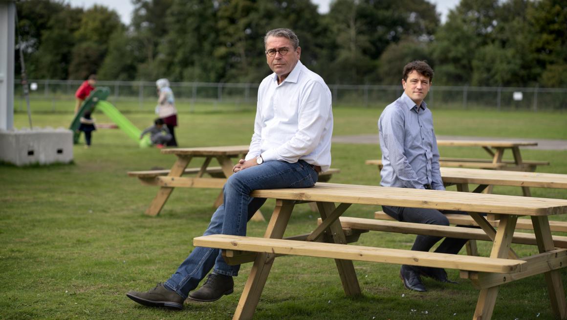 Van Iperen en Van Pijkeren buiten aan picknicktafel in Zoutkamp