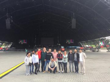 groep poseert voor tent op Lowlands