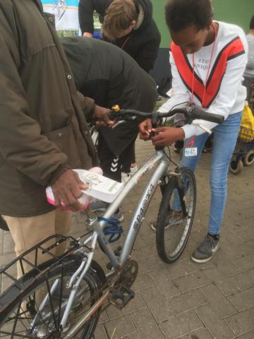 Jongen controleert zijn fietsverlichting