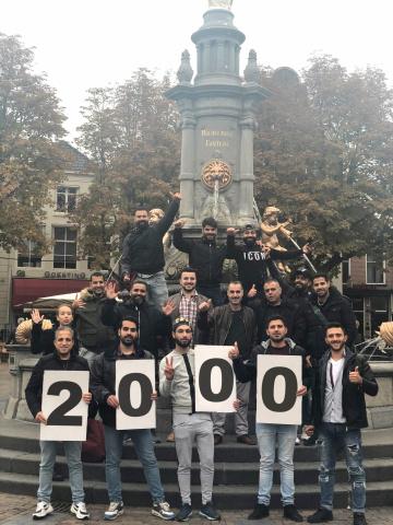 groep poseert met 2000 op borden