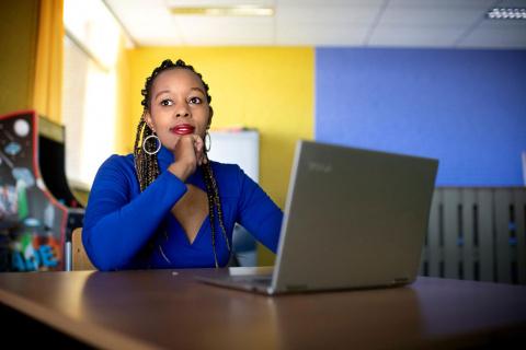 Mary Wanjiku Gichuhi achter haar laptop in azc Echt