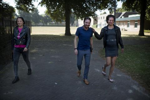Woonbegeleider en transgenders lopen over terrein azc Weert
