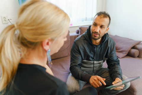 COA woonbegeleider in gespek met asielzoeker
