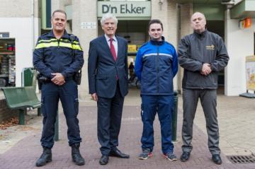 Burgemeester Henri de Wijkerslooth geflankeerd door BOA, politie en COA