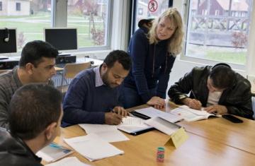 Lerares geeft les aan leerlingen