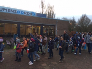 kinderen lopen naar school