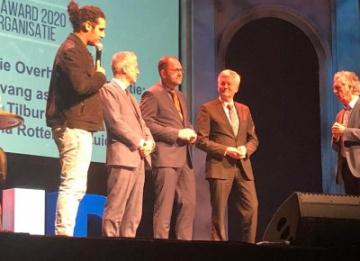 een aantal mannen staan op het podium