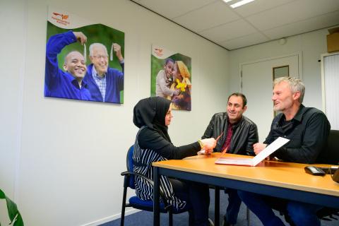 Alex Groen van VluchtelingenWerk in gesprek met asielzoekers