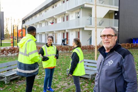 Huismeester Berry Witteveen begeleidt bewoners bij vrijwilligerswerk op locatie