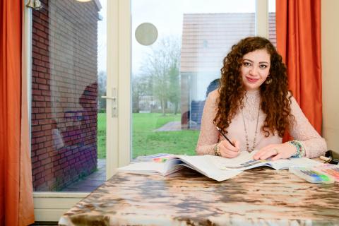 Asielzoeker Marah Taha is aan het tekenen in haar kamer in het azc