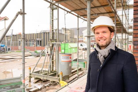 Vastgoedreggisseur Maarten Schaepman op het bouwterrein van azc Burgum