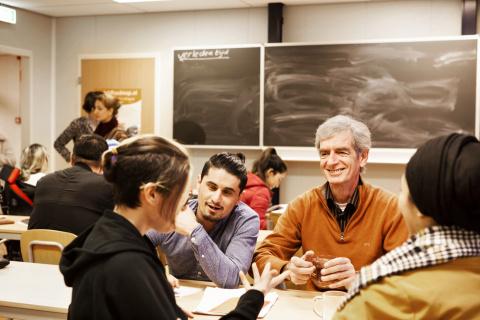Vrijwilliger Kees geeft Nederlandse les aan jonge asielzoekers