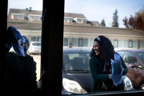 Ibo-medewerker lapt samen met een bewoner de ramen