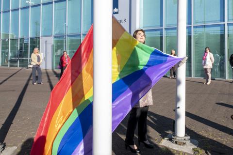 Bahia Tahzib-Lie hangt de Regenboogvlag op bij de Rijnstraat in Den Haag