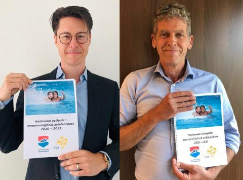 Bestuurslid Joeri Kapteijns van het COA en Titus Visser van de Nationale Raad Zwemveiligheid tonen het Nationaal actieplan zwemveiligheid asielzoekers 2020-2021